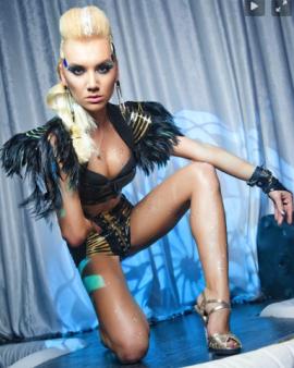 Лаковый костюм с перьями ночной клуб «ICON»
